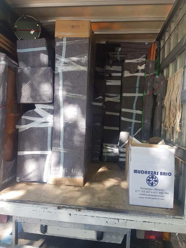 interior camion cargado