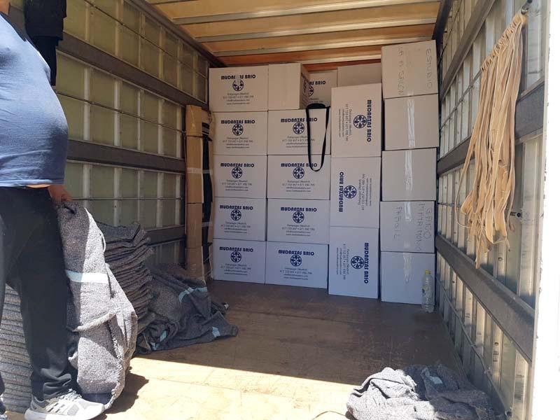 interior camion cargando
